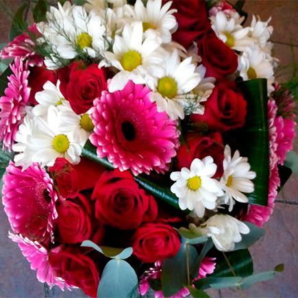 Bouquet rosas margaritas gerberas