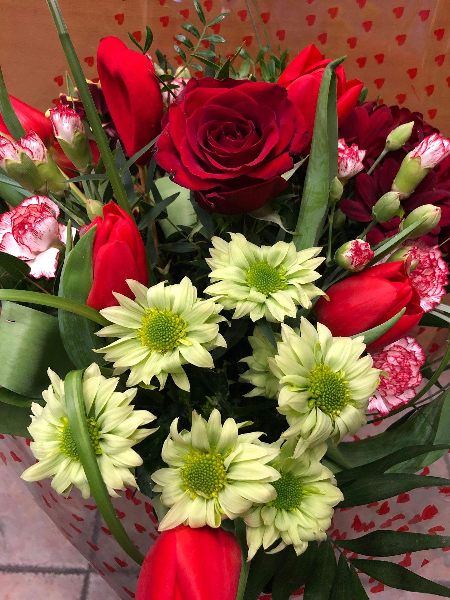 Ramo de rosas y otras flores barato en san valentin